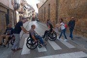 Representantes de Caspe se enfrentan, en silla de ruedas, a las barreras arquitectónicas