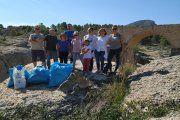 Aguaviva. Empresarios turísticos recogen 47 kilos de basura junto al río