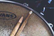 Alcorisa, La Puebla. Preparando los tambores