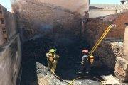 Arde un solar con leña en el casco de Híjar