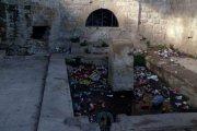 El antiguo lavadero de Alcañiz, repleto de restos de botellón