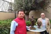 La escultura de Buñuel ya tiene autor y un guiño a ultratumba